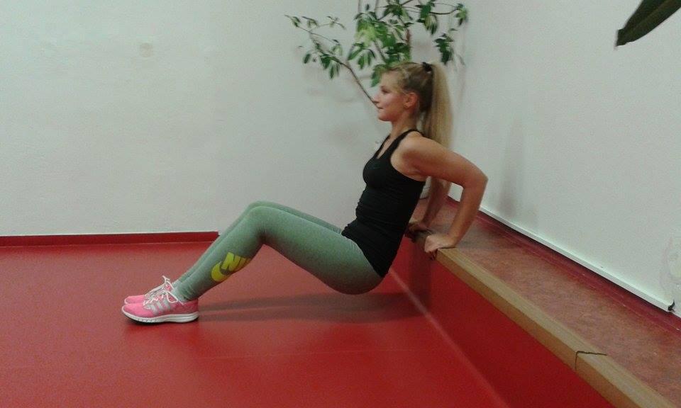 Zátěž, kterou neseme při cvičení tricepsu regulujeme pokrčením nohou.