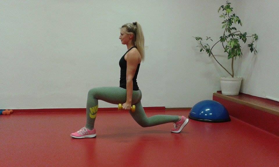 K procvičení stehen a zadečku můžeme zařadit pokleky, výpady vzad i vpřed. Ke ztížení cviku využijeme třeba činky.