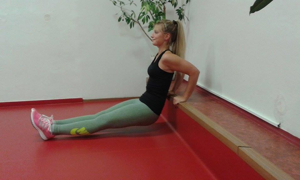 Cvičení tricepsu s nataženýma nohama je vhodné pro pokročilejší cvičenky.